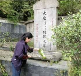 Sweeping LuYu's Tomb